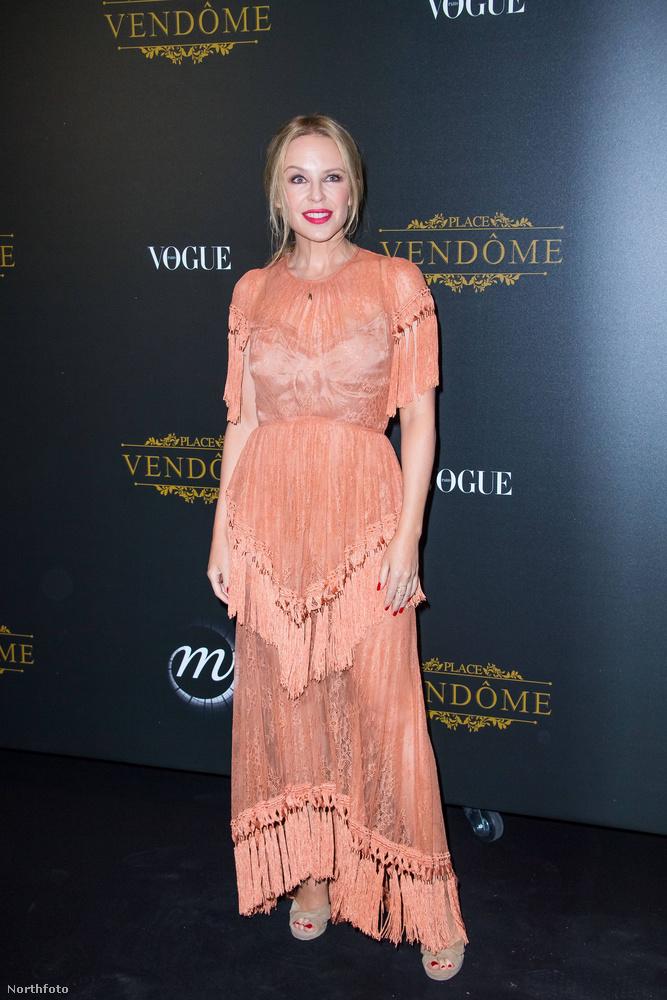 Kylie Minogue a napokban egy celebbuliba volt hivatalos: a Vogue magazin adott estélyt a párizsi divathéten