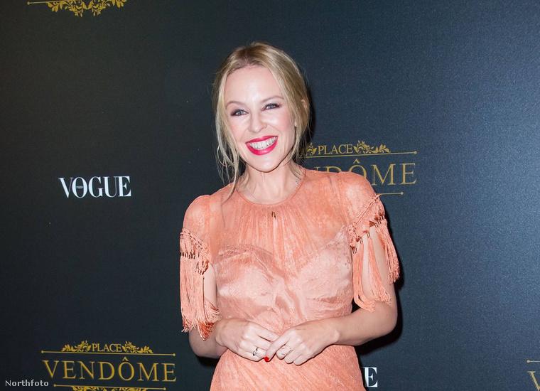 Abban mindkét tábor egyetért, hogy Minogue jókedvűnek tűnik, és megnyerően néz ki,