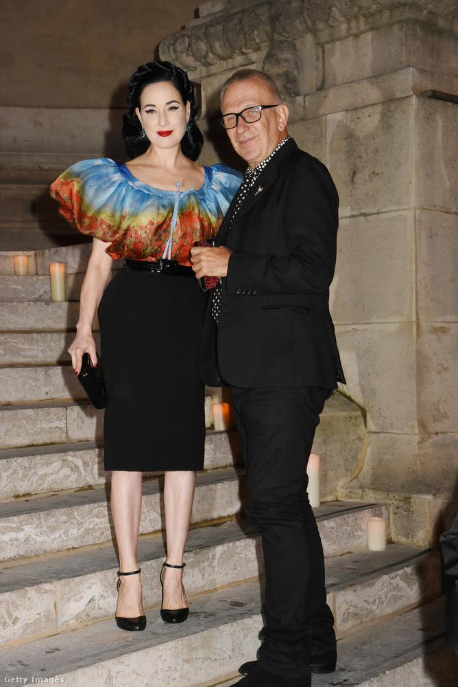 Dita von Teese a szokásos pinup-nős mivoltát mutatta meg, kísérője Jean-Paul Gaultier volt