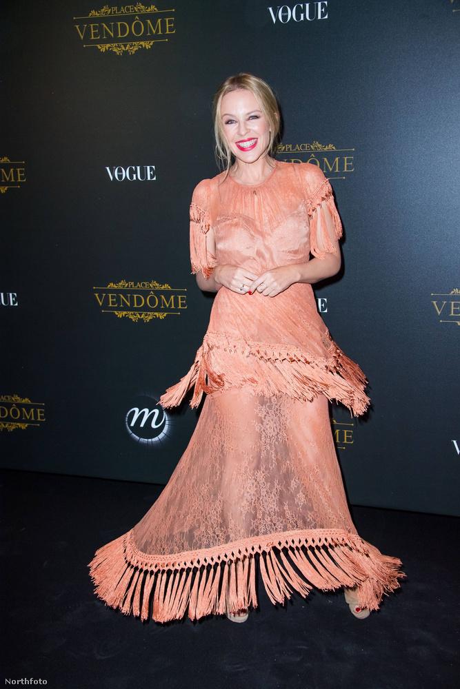 Vagy Kylie Minogue, aki azért a maga ravasz módján megmutatta a lábait.
