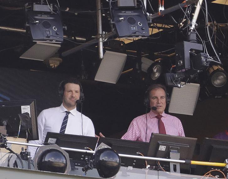 Tony Romo (b) és CBS-es közvetítőpartnere, Jim Nantz