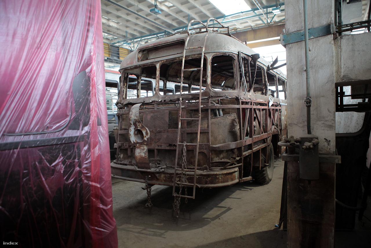Akkoriban még nem volt csomagtere a buszoknak, a bőröndöket a tetőn helyezték el, ahová vaslétrán lehetett fölmászni.