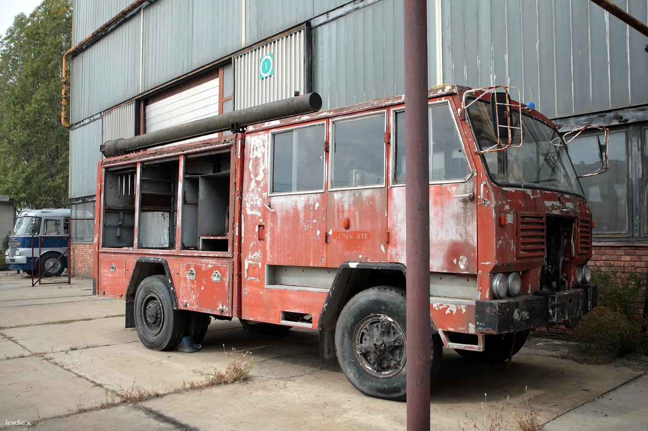 Egy igazi ritkaság is áll a szerelőcsarnok mellett: felújításra vár ez az Ikarus gyártmányú tűzoltóautó.