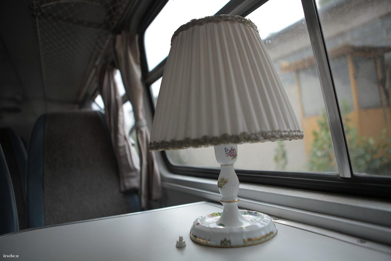A busz elején két pár szembefordított ülés található, az asztalkákon Herendi-porcelán lámpával lehetett világítani az estébe, éjszakába nyúló utakon.