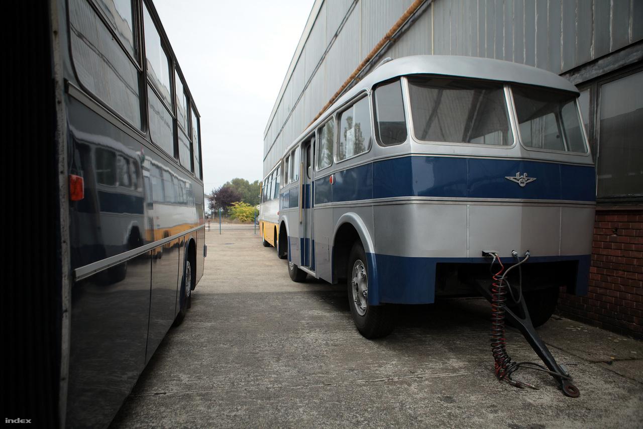 A csuklós buszok megjelenése előtt ilyen utánfutós pótkocsikkal oldották meg a tömött buszok problémáját Budapesten.