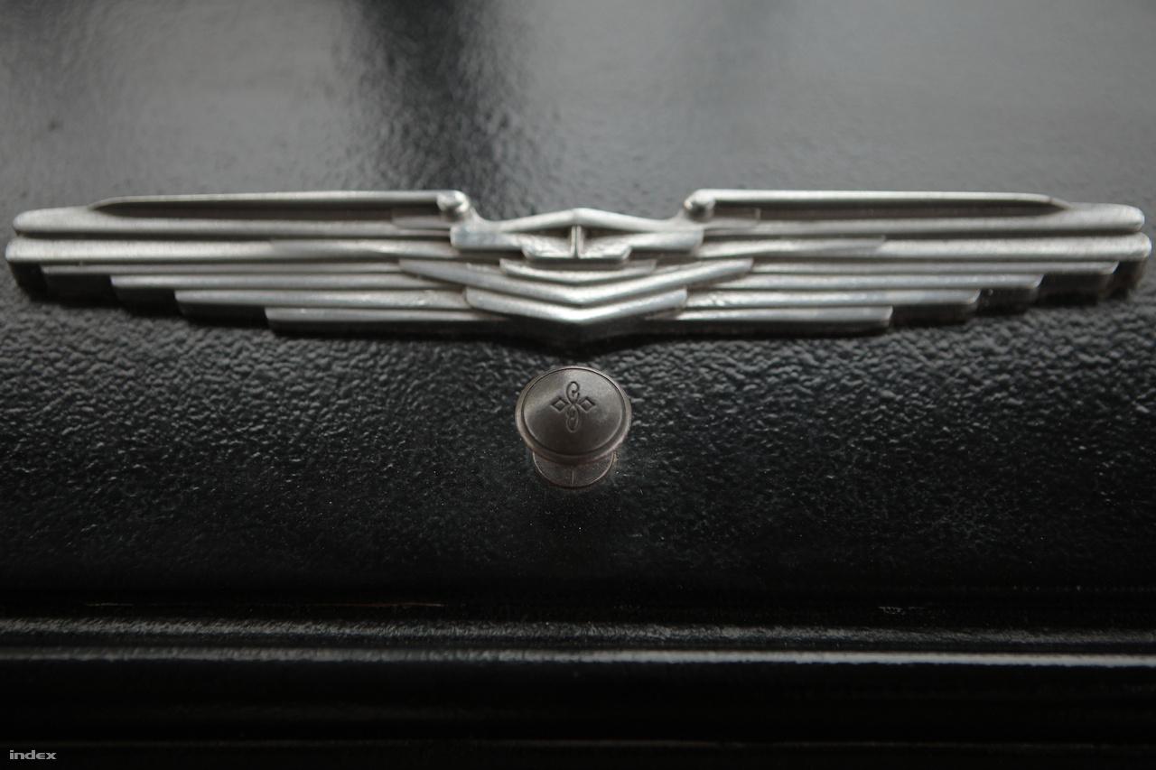 Pazar art decós, streamline modernes hangulatú díszítőelem az 55-ös műszerfalán.