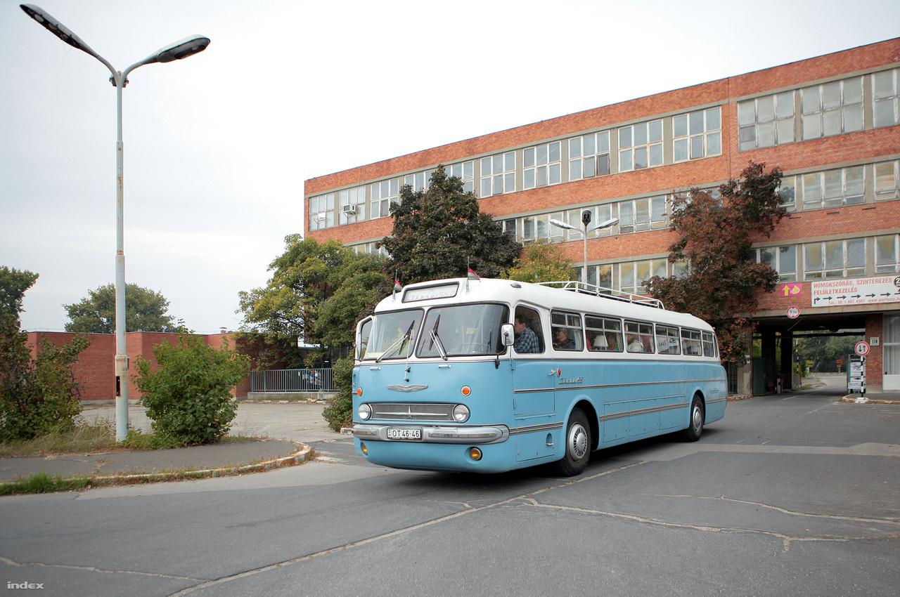 És akkor kigurul a gyárkapun egy Ikarus 55 farmotoros távolsági busz.