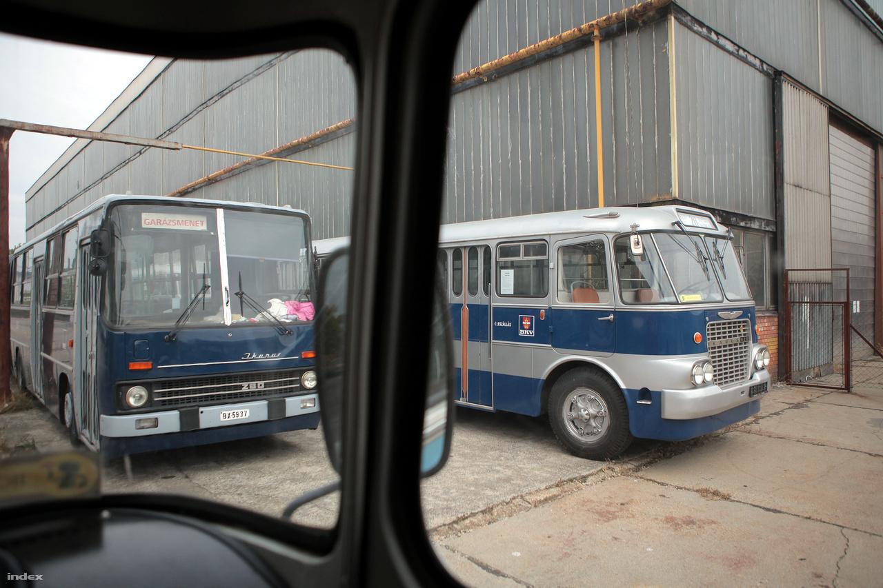 Az Ikarus Egyedi Kft. Margit utcai csarnoka mellett gyönyörűen felújított Ikarusok parkolnak: balra egy csuklós 280-as, mellette egy 620-as.