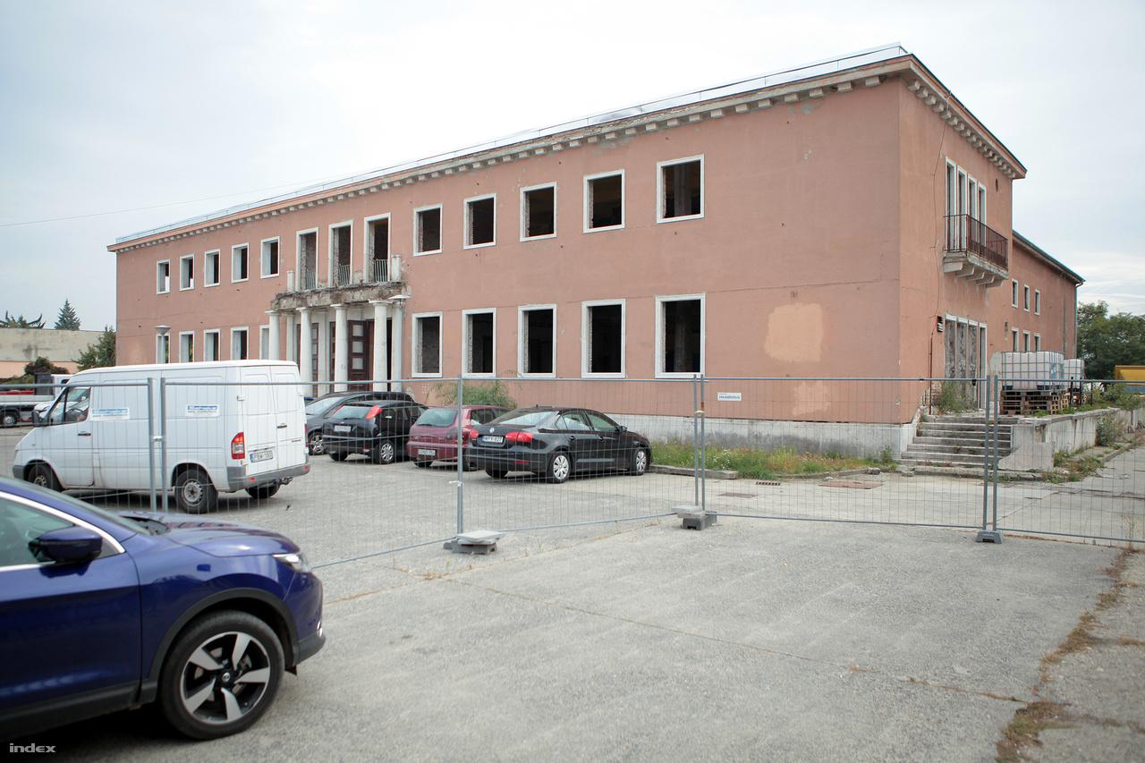 A sokáig gazdátlanul álló Ikarus Művelődési Házat nemrég megvették, és javában dolgoznak az oszlopos-erkélyes szocreál épület felújításán, átalakításán.