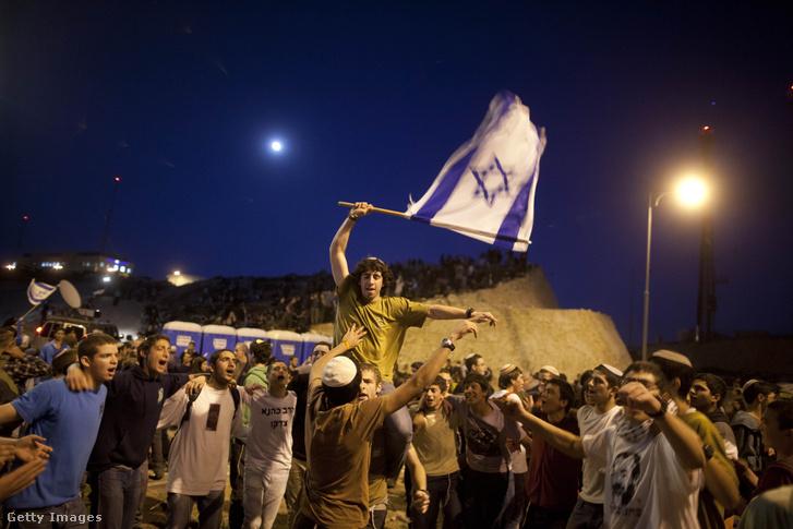 Izraeli telepesek és szélső-jobboldali aktivisták felvonulása Maále Adumimban 2014-ben.