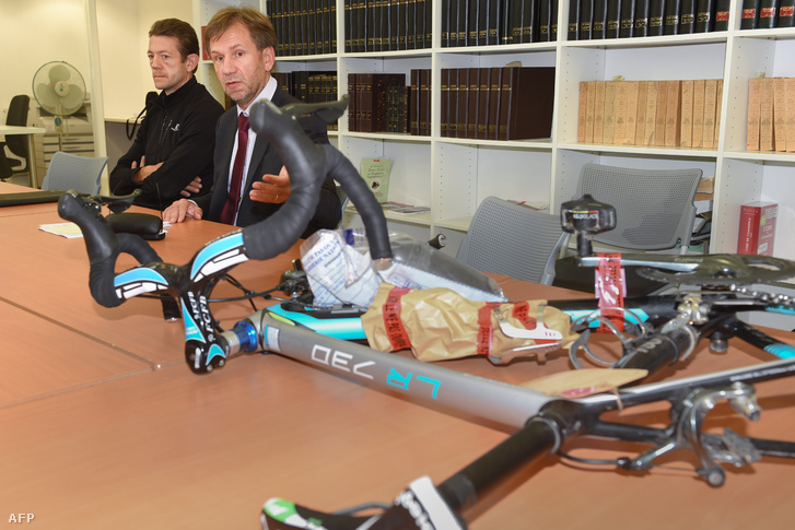 Christophe Bassons és Jean-Francois Mailhes ügyész a szétszedett rejtett motoros kerékpárral