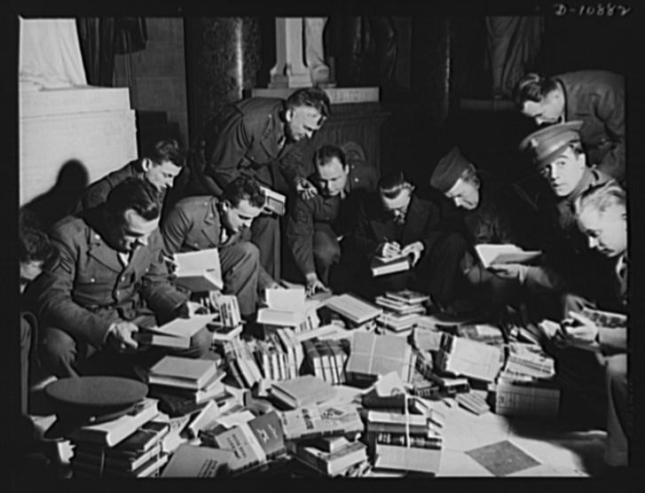 Virginiai katonák böngésznek a keménykötéses adománykönyvek között, amiket a Győzelmi Könyv Kampány (Victory Book Campaign) keretében gyűjtöttek