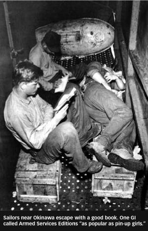 Katonák Okinawa közelében a könyveikbe menekülnek