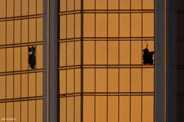 A szoba kitört ablaka, amelyből Stephen Paddock tüzelt