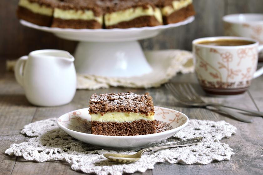 A reszelt túrós süti több évtizede hódít. A tésztája hasonlít az omlós linzerre. Akkor tudod könnyen reszelni, ha pihenteted egy kicsit a fagyasztóban.