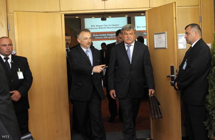 Hernádi Zsolt elnök-vezérigazgató (b2) és Csányi Sándor az OTP Bank elnök-vezérigazgatója a Mol Nyrt. igazgatósági tagja (j2) távozik a Mol közgyűléséről 2009. április 23-án