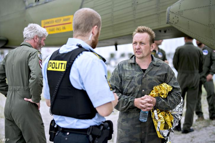 Peter Madsen beszél rendőrökkel Koppenhága Dragoer kikötőjében 2017. augusztus 11-én