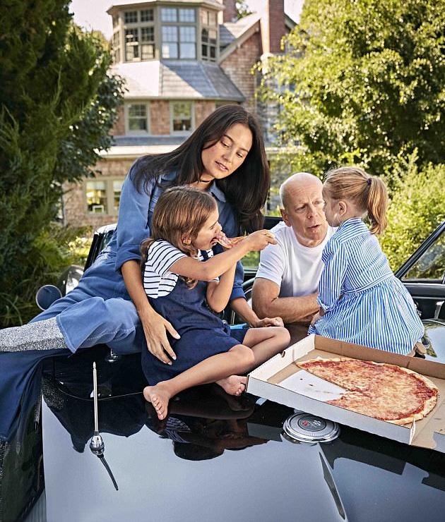 Otthon Bruce Willis korántsem az a marcona akciósztár - a lányai körében kenyérre lehet kenni.