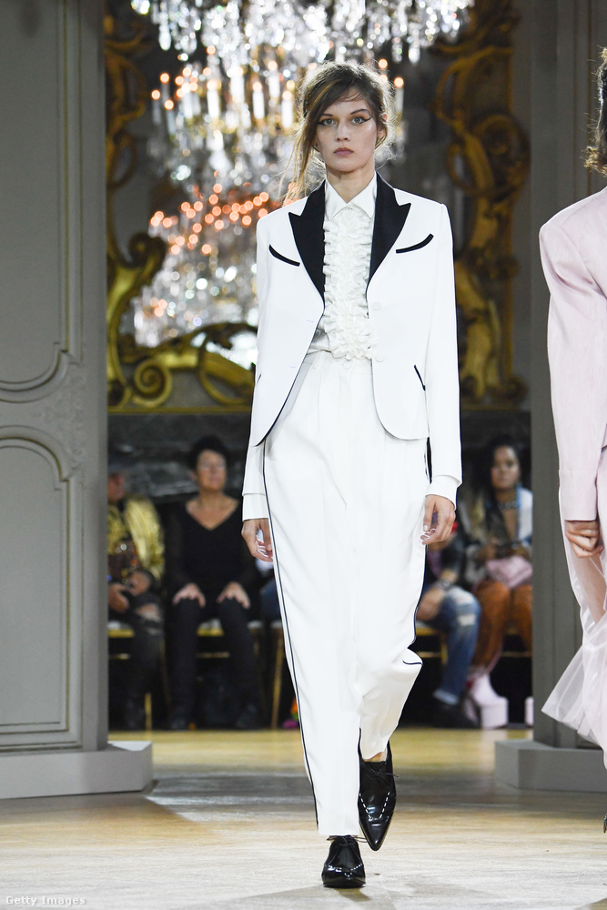 Fehér nadrágkosztüm John Galliano kollekciójában.