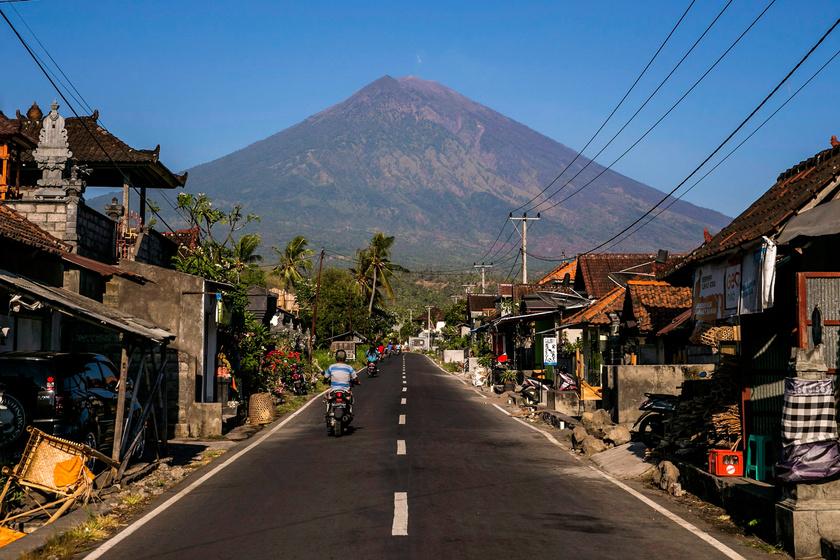 Az Agung tűzhányó a Bali-szigeti Amed faluból nézve 2017. szeptember 29-én. A lehetséges kitörés miatt két hete a legmagasabb fokozatú riadókészültség van érvényben a térségben.