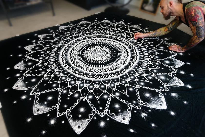 A fiatal norvég művész újszerű megvalósításokat keres a művészetben. Így jutott el a konyhasó és a mandala ötvözéséig.