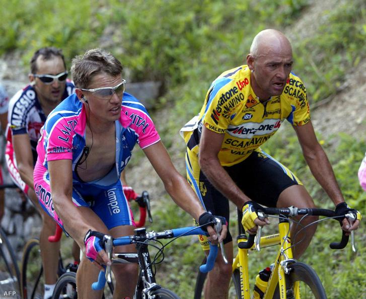 Raimondas Rumsas (balra) Marco Pantani mellett teker a 2003-as Giro d'Italián