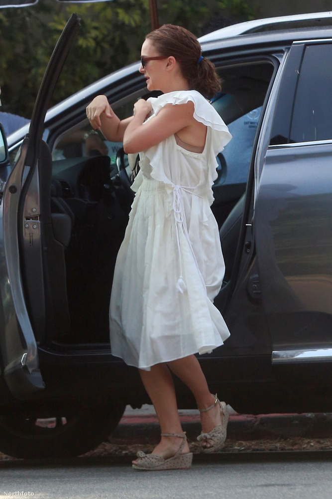 Múlt szombaton a színésznő valószínűleg egy keresztelőn vehetett részt a családjával: az biztos, hogy mind ünneplőben voltak.