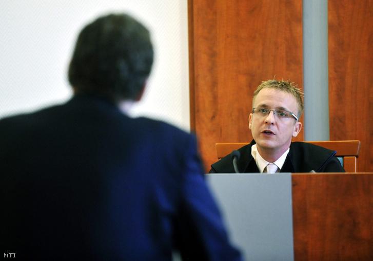 Vasvári Csaba bíró Almássy Kornélt az MDF korábbi alelnökét (háttal) hallgatja meg a Pesti Központi Kerületi Bíróságon az UD. Zrt.-vel kapcsolatos per tárgyalásán 2011. szeptember 27-én