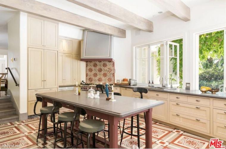 itt, a konyhában, csak az optikailag kényelmetlen asztal-és székparkot kéne lecserélni valami olyanra, amiből kényelmesen lehet dolgokat tunkolni.