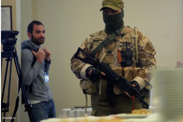 Nem Rambo - Figyelje meg a hét apró különbséget a donyecki szeparatista és a médiamunkás közt