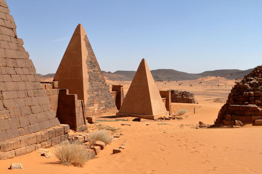A 250-nél is több núbiai piramist a kusita nép néhány száz év alatt építette a Nílus-menti vidéken. Az építmények ugyan az egyiptomiaknál kisebbek és meredekebbek, de közös bennük, hogy szintén az uralkodók emlékeinek emelték őket.