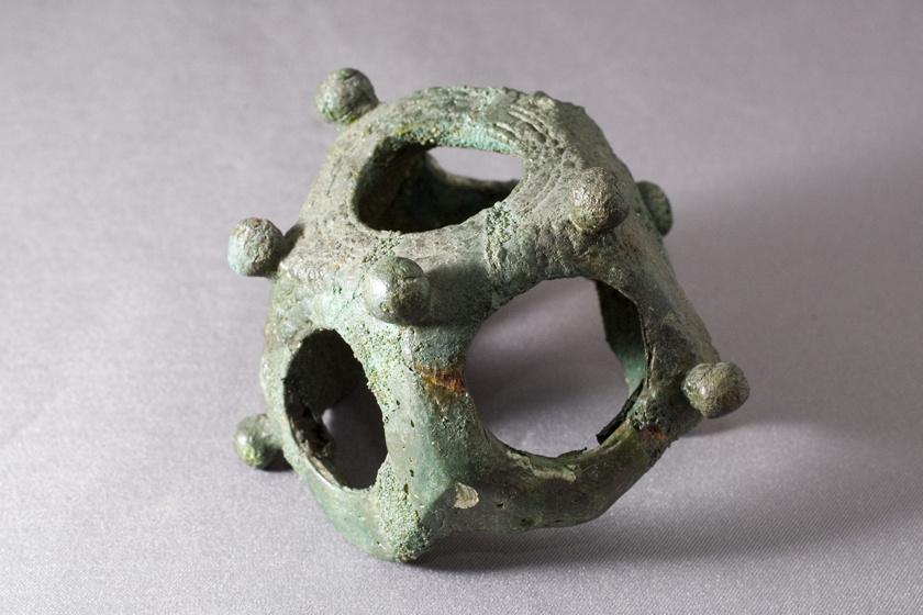 Készítésük, használatuk időszámításunk előtt 200-ra tehető, így több mint 2200 év távlatából különösen nehéz feltérképezni, mi is volt a tárgyak feladata.