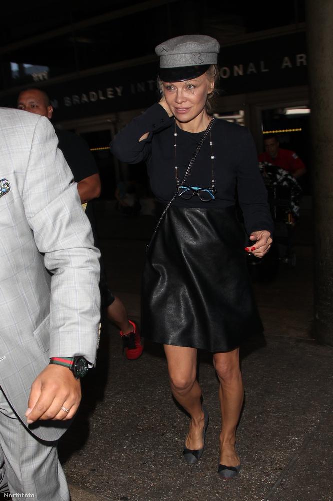 A színésznőről a legfrissebb képek szerdán készültek egy Los Angeles-i reptéren, ahol mindenki nagy örömére a fotósok a megérkezés minden pillanatát megörökítették.