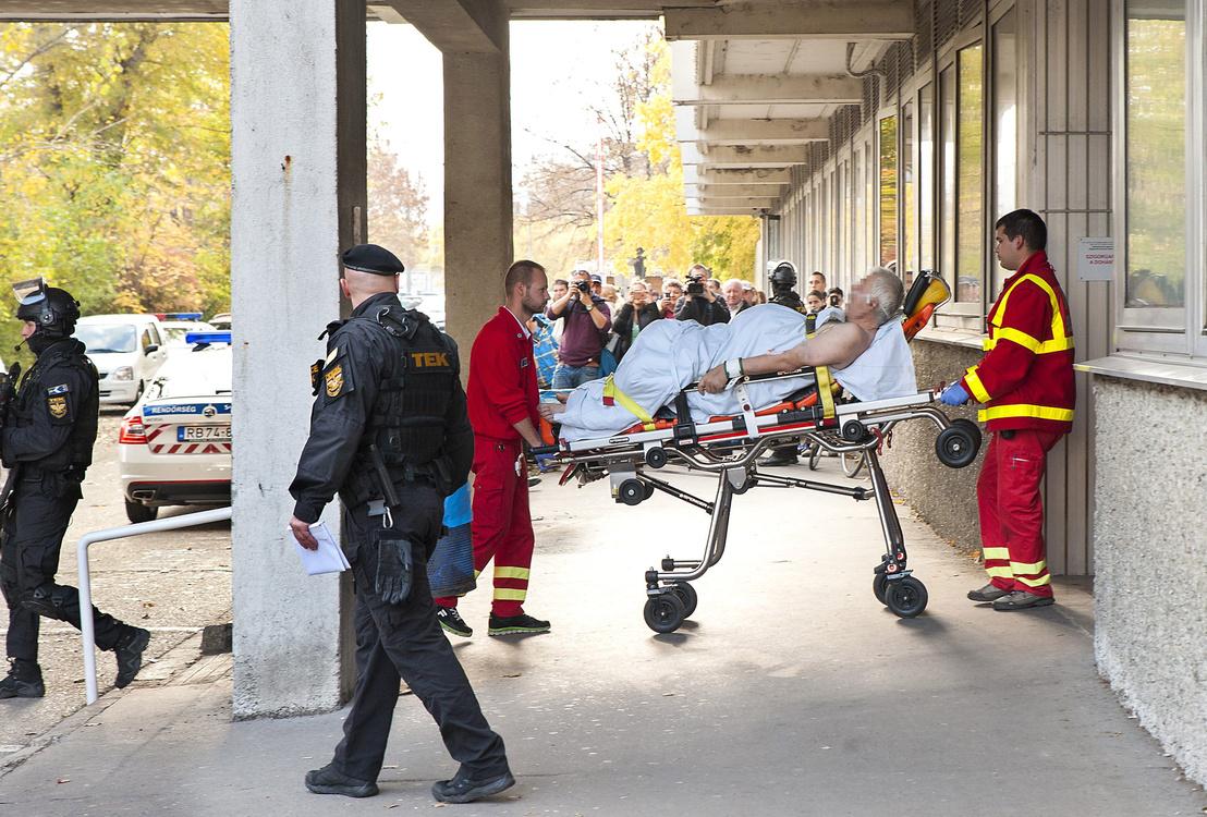 Győrkös Istvánt, a bőnyi rendőrgyilkosság gyanúsítottját szállítják el a gyõri kórházból mentõk és a Terrorelhárítási Központ munkatársai 2016. október 27-én.