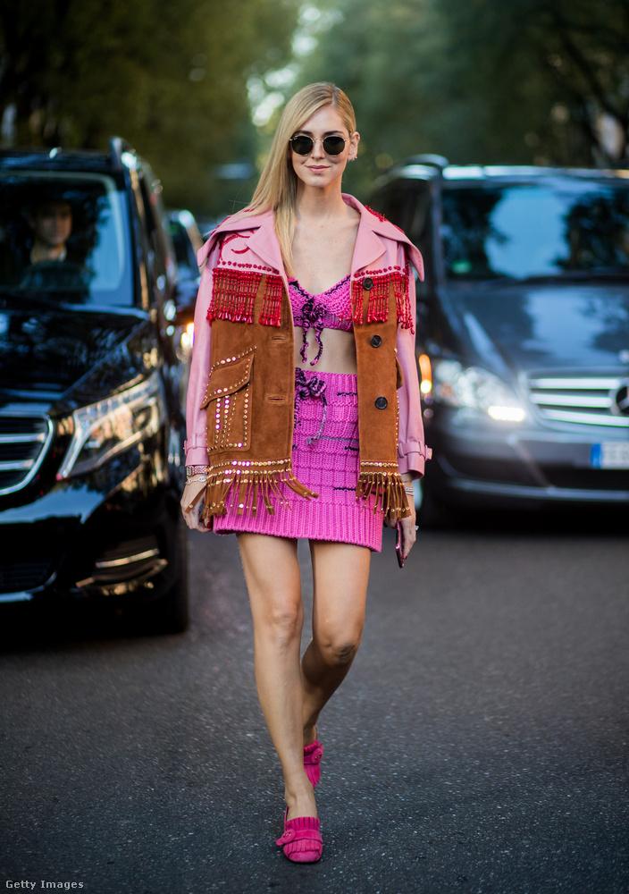 Rojtos mellény rózsaszín toppal és miniszoknyával Chiara Ferragnin.