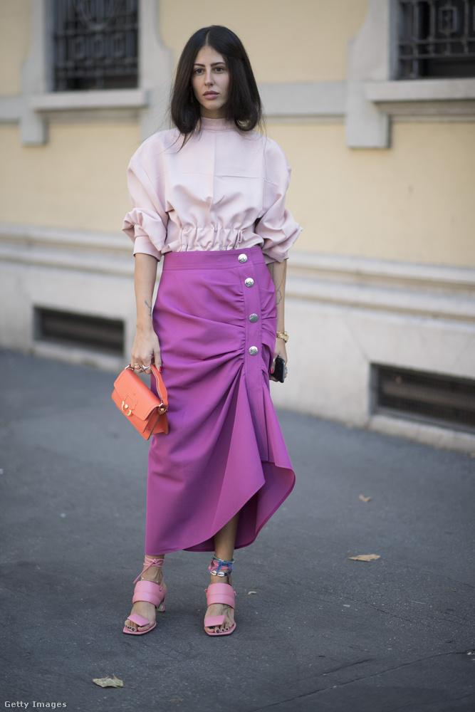 Lila szoknya lazac színű táskával Milánóban.