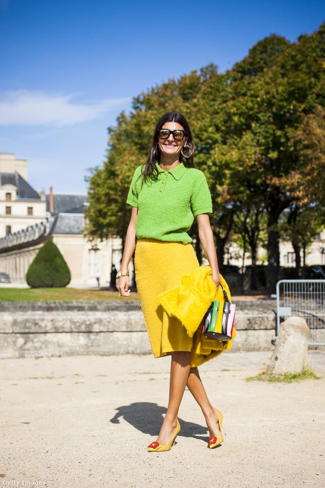 Zöld felsővel kombinálta a sárga szoknyát Giavanna Battaglia Párizsban.