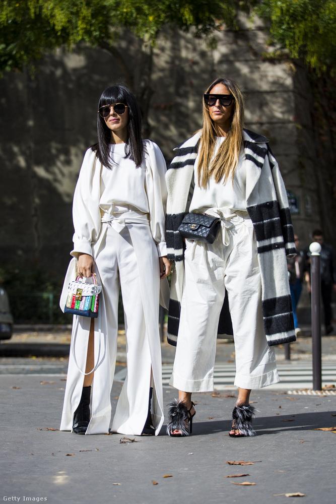 Tetőtől-talpig fehérbe öltözött divatkövetők Párizsban.