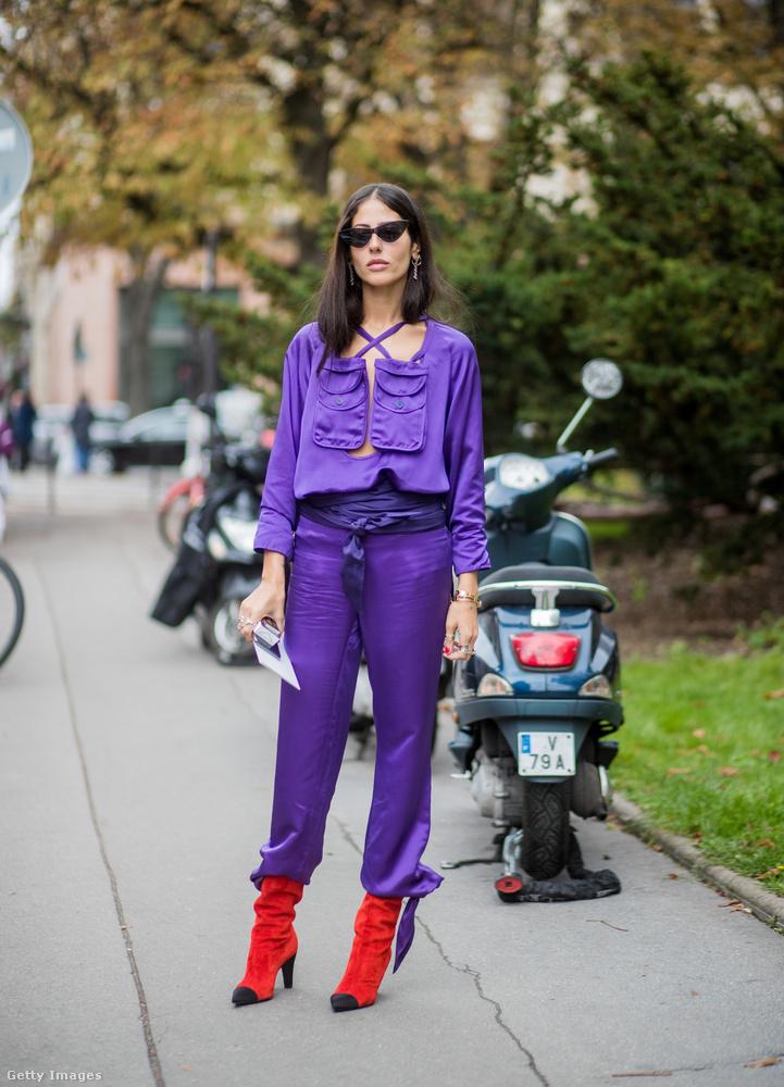 Piros zoknicsizmával is jól mutat a lila együttes.