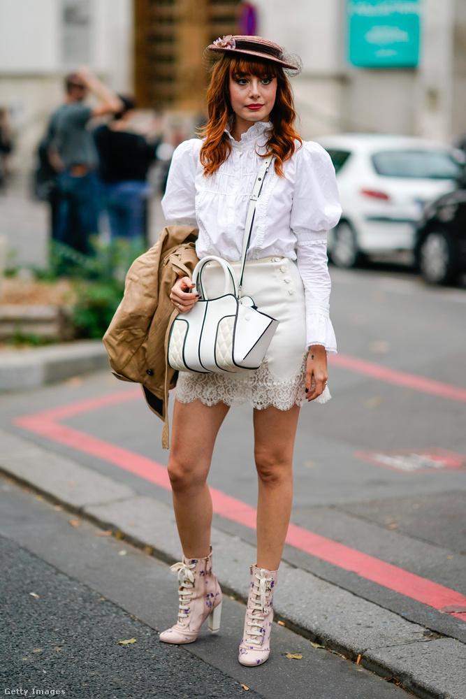 Puffos ujjú fehér blúz  és miniszoknya  Louise Ebelen Párizsban.
