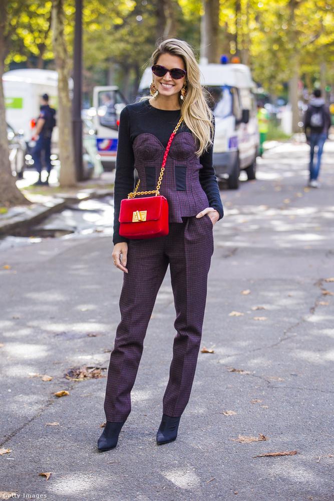 Sötétlila piros luxustáskával Helena Bordonon Párizsban.