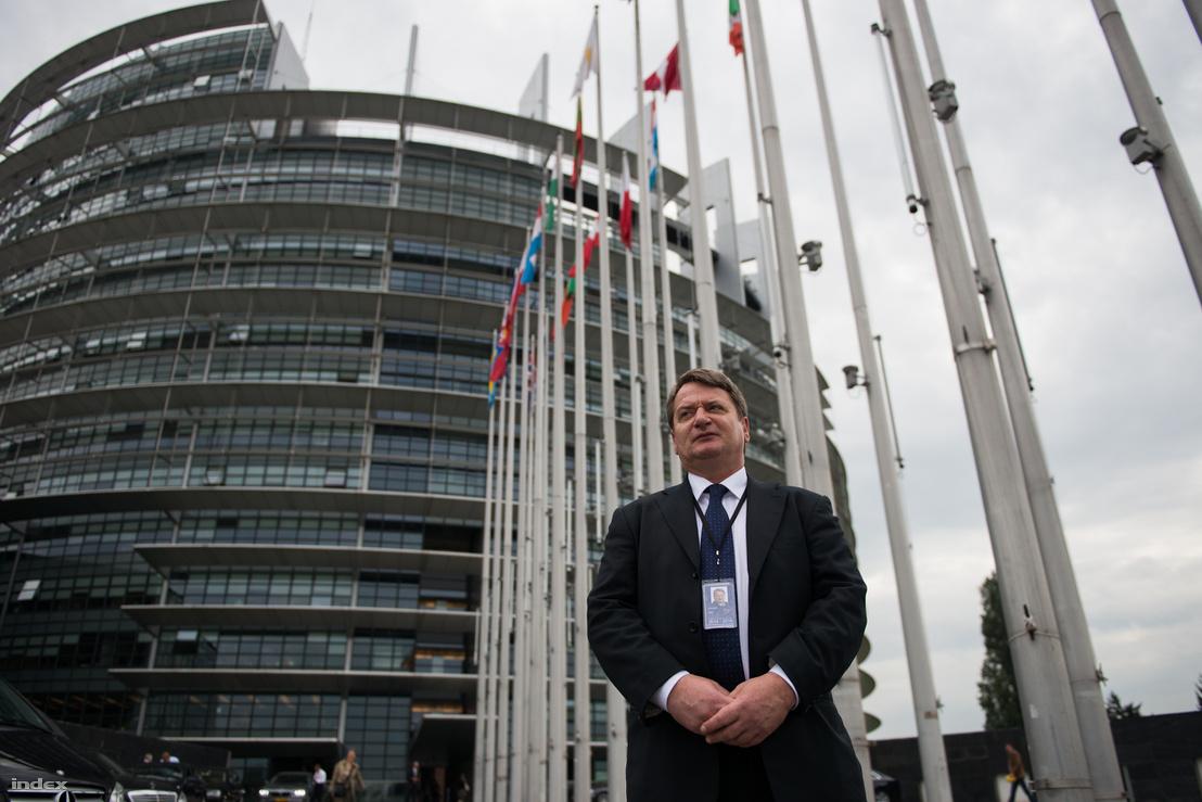 Kovács Béla az Európai Parlament épülete előtt Strasbourgban.