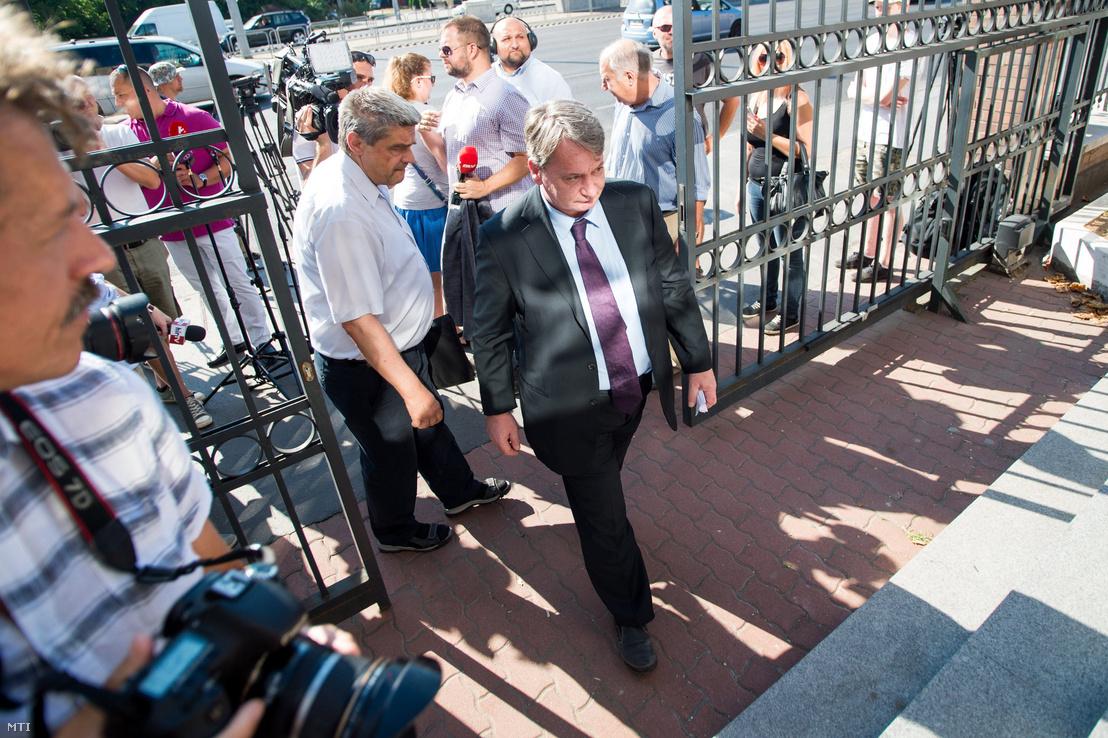 A kémkedéssel valamint költségvetési csalással összefüggésbe hozott Kovács Béla jobbikos európai parlamenti képviselõ kihallgatásra érkezik a Központi Nyomozó Fõügyészség épületébe 2017. július 19-én.
