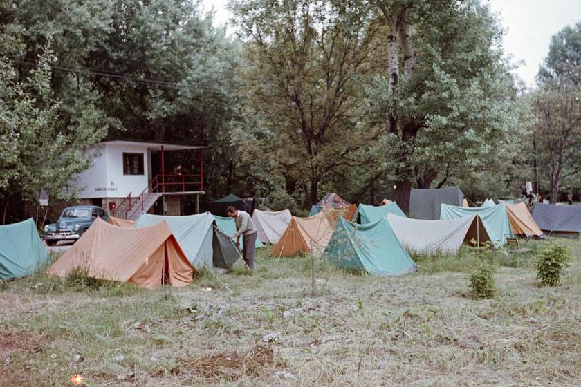 Sátortábor Szentendrén, a Pap-szigetnél. Csak minimális komfortot biztosított, de igen olcsó volt sátorozni, így aki spórolt, az a kempinget választotta.
