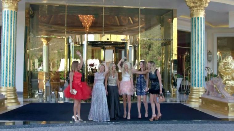 A Feleségek luxuskivitelben című Viasat-műsorban hat olyan nő szerepel, akik rettentően gazdagok, de minimum a férjük/jövendőbelijük az