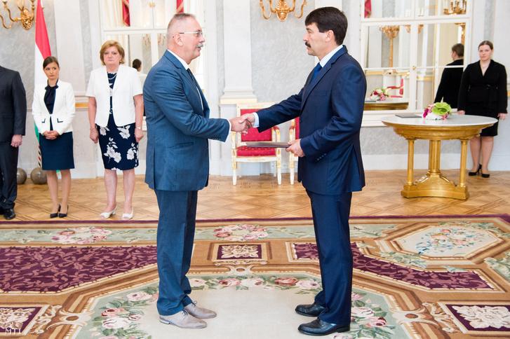 Szilvássy Zoltán a Debreceni Egyetem rektora átveszi kinevezési okmányát Áder János köztársasági elnöktõl a Sándor-palotában 2017. június 30-án
