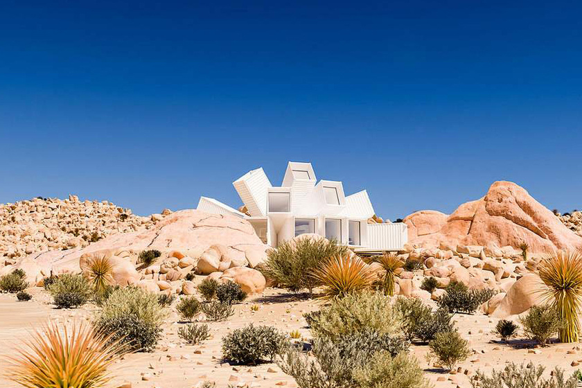 Olyan az épület, mint egy szirmait bontogató lótusz, ami gyönyörű kontrasztot teremt a kietlen, sivatagi tájjal.