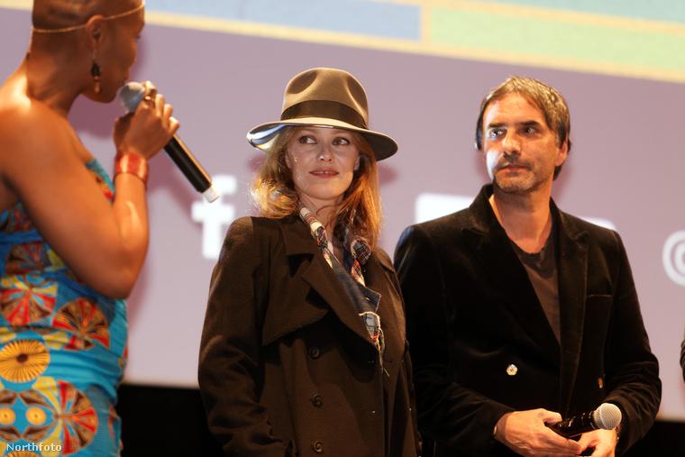 A francia színésznő és a férfi, akit egyébként Samuel Benchetritnek hívnak és író, egy filmfesztiválra mentek a napokban, ahol színpadra is léptek.