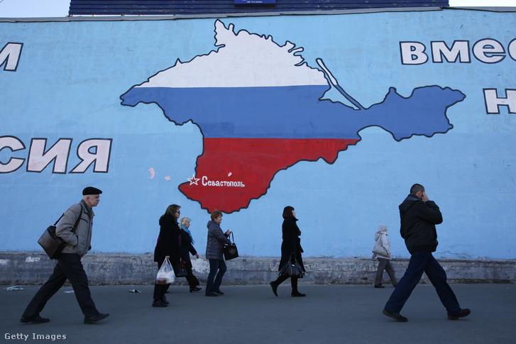 Egy orosz trikolórral kifestett Krím-félszigetet ábrázoló kép Moszkvában