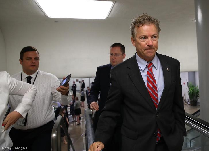 Rand Paul szenátor érkezik a Capitoliumba Washingtonban 2017. július 26-én. Rand egyike volt a kilenc republikánus szenátornak, akik az egészségügyi törvényjavaslat ellen szavaztak